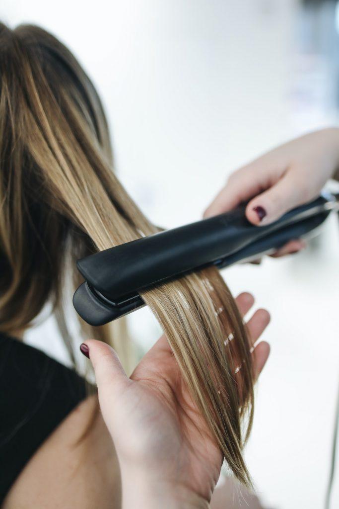 Comment garder vos cheveux droits après avoir utilisé un fer plat